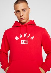 Makia - BRAND HOODED - Kapuzenpullover - red