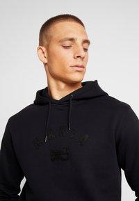 Makia - BRAND HOODED - Jersey con capucha - black - 3