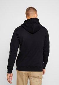 Makia - BRAND HOODED - Jersey con capucha - black - 2