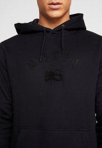 Makia - BRAND HOODED - Jersey con capucha - black - 5