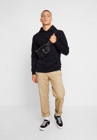 Makia - BRAND HOODED - Jersey con capucha - black - 1