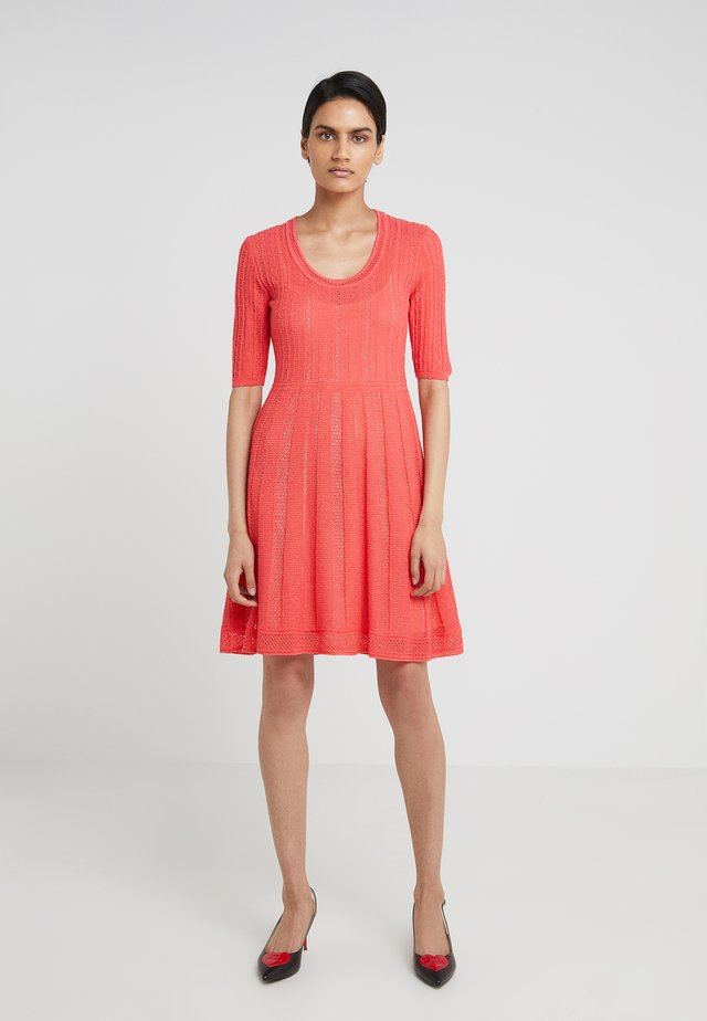 SHORT SLEEVE DRESS - Stickad klänning - hibiscus