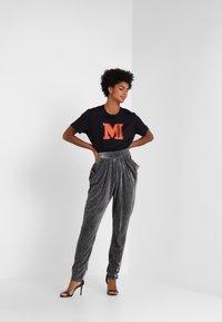 M Missoni - TEE - T-Shirt print - black/orange - 1
