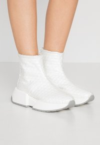 MM6 Maison Margiela - High-top trainers - transparent/bright white - 0