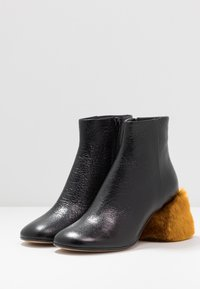 MM6 Maison Margiela - Boots à talons - black/golden yellow