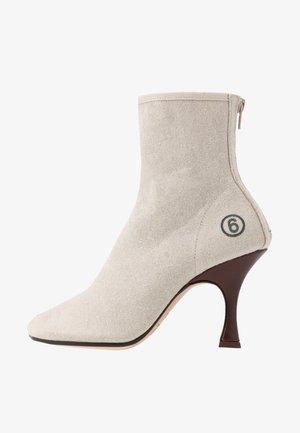Kotníková obuv na vysokém podpatku - cement