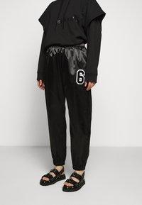 MM6 Maison Margiela - TRACK PANT - Kalhoty - black - 0
