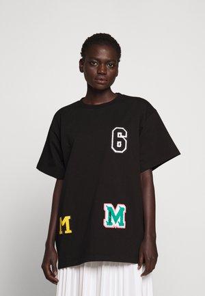 PATCHES TEE - T-shirt z nadrukiem - black