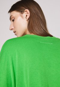 MM6 Maison Margiela - CREW NECK JUMPERS - Svetr - green - 5