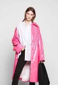 MM6 Maison Margiela - COLOR - Trenchcoat - barbie pink - 6