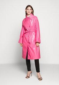 MM6 Maison Margiela - COLOR - Trenchcoat - barbie pink - 0