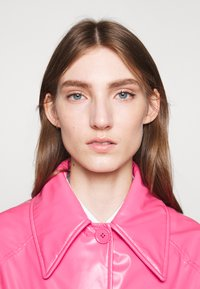 MM6 Maison Margiela - COLOR - Trenchcoat - barbie pink - 3