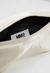 MM6 Maison Margiela - MARSUPIO - Ledvinka - white - 4