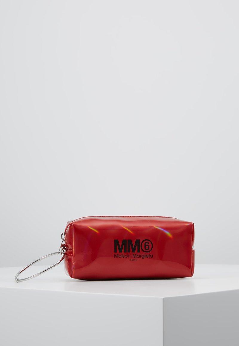 MM6 Maison Margiela - BORSA POCHETTE - Kosmetiktasche - chili pepper