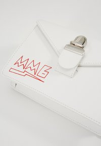 MM6 Maison Margiela - LOGO NEON ON TUC BAG SMALL - Ledvinka - white - 3