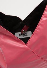 MM6 Maison Margiela - SHOULDER BAG - Torba na ramię - pink carnation - 3