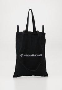 MM6 Maison Margiela - SHINY PLEATHER BERLIN BAG - Shopper - black - 0