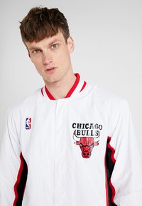 Mitchell & Ness - NBA AUTHENTIC WARMUP JACKET CHICAGO BULLS - Article de supporter - white - 3