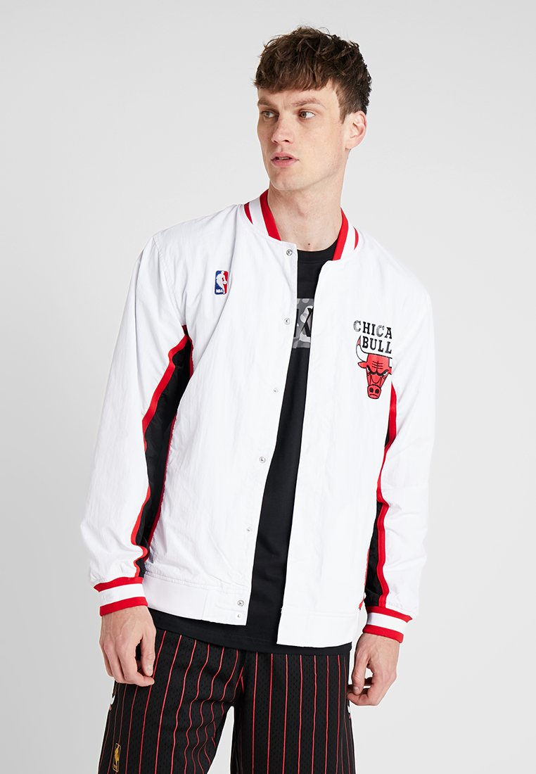 Mitchell & Ness - NBA AUTHENTIC WARMUP JACKET CHICAGO BULLS - Article de supporter - white