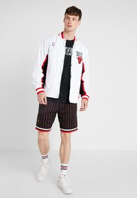 Mitchell & Ness - NBA AUTHENTIC WARMUP JACKET CHICAGO BULLS - Article de supporter - white - 1