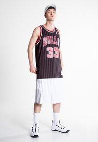 Mitchell & Ness - NBA SWINGMAN CHICAGO BULLS 33 - Teamwear - black/red - 1