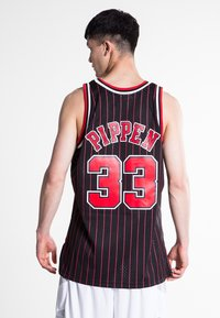 Mitchell & Ness - NBA SWINGMAN CHICAGO BULLS 33 - Teamwear - black/red - 2