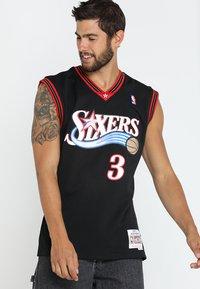 Mitchell & Ness - NBA PHILADELPHIA  ALLEN IVERSON SWINGMAN  - Klubové oblečení - black/white - 0