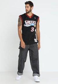 Mitchell & Ness - NBA PHILADELPHIA  ALLEN IVERSON SWINGMAN  - Klubové oblečení - black/white - 1