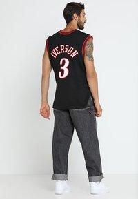 Mitchell & Ness - NBA PHILADELPHIA  ALLEN IVERSON SWINGMAN  - Klubtrøjer - black/white - 2