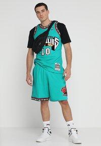 Mitchell & Ness - NBA VANCOUVER GRIZZLIES MIKE BIBBY SWINGMAN  - Funkční triko - green - 1
