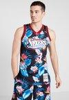 Mitchell & Ness - NBA PHILADELPHA 76ERS ALLEN IVERSON FLORAL SWINGMAN  - Club wear - multi-coloured