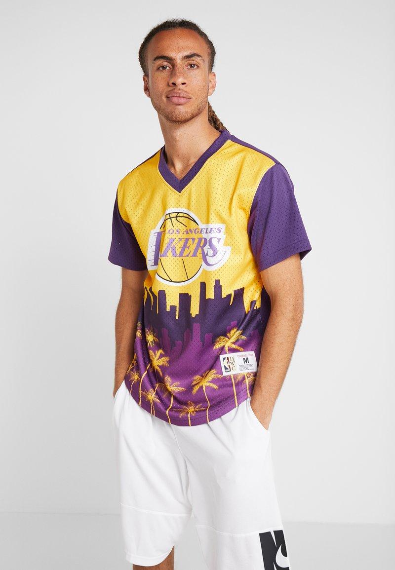 Mitchell & Ness - NBA LA LAKERS GAME WINNING SHOT V NECK - Club wear - yellow/purple