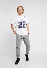 Mitchell & Ness - NFL NAME NUMBER CREW NECK - Printtipaita - white - 1