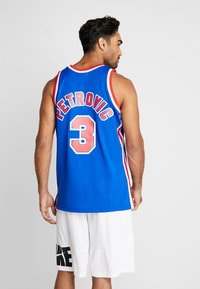 Mitchell & Ness - NBA SWINGMAN NEW JERSEY NETS DRAZEN PETROVIC #03 - Linne - royal - 2