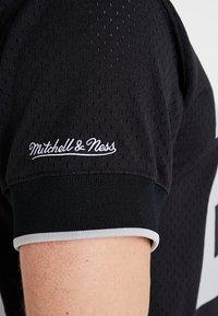 Mitchell & Ness - LOS ANGELES RAIDERS CHARLES WOODSON - T-shirt imprimé - black - 4