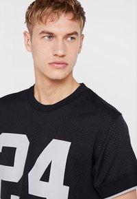 Mitchell & Ness - LOS ANGELES RAIDERS CHARLES WOODSON - T-shirt imprimé - black - 3