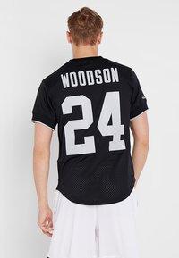 Mitchell & Ness - LOS ANGELES RAIDERS CHARLES WOODSON - T-shirt imprimé - black - 2