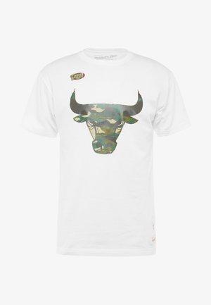 NBA CHICAGO BULLS WOODLAND CAMO TEE - T-shirt z nadrukiem - white