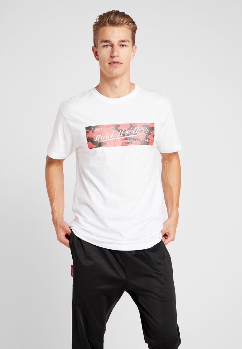 Mitchell & Ness - WOODLAND CAMO TEE - Print T-shirt - white/red