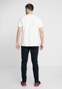 Mitchell & Ness - ALL OVER TENNIS TEE - T-shirt print - off white - 2