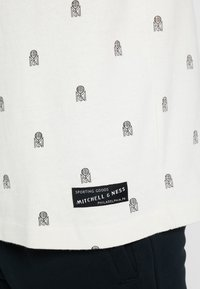 Mitchell & Ness - ALL OVER TENNIS TEE - T-shirt print - off white - 5