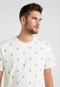 Mitchell & Ness - ALL OVER TENNIS TEE - T-shirt print - off white - 3