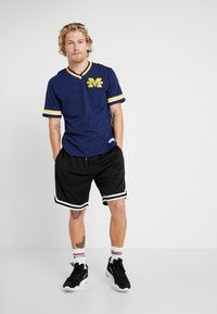 Mitchell & Ness - NCAA MICHIGAN THE OVERTIME WIN TEE - T-shirt imprimé - navy - 1
