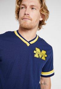 Mitchell & Ness - NCAA MICHIGAN THE OVERTIME WIN TEE - T-shirt imprimé - navy - 3