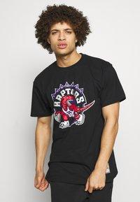 Mitchell & Ness - NBA HWC TEAM LOGO TRADE TEE TORONTO RAPTORS - Fanartikel - black - 0