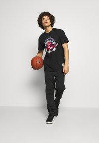 Mitchell & Ness - NBA HWC TEAM LOGO TRADE TEE TORONTO RAPTORS - Fanartikel - black - 1