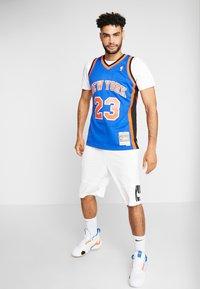 Mitchell & Ness - NBA SWINGMAN NEW YORK KNICKS MARCUS CAMBY  - Fanartikel - royal - 1