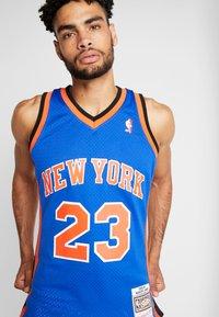 Mitchell & Ness - NBA SWINGMAN NEW YORK KNICKS MARCUS CAMBY  - Fanartikel - royal - 4