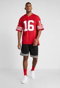 Mitchell & Ness - NFL LEGACY MONTANA  - T-shirt imprimé - red - 1