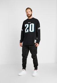 Mitchell & Ness - NFL NAME NUMBER LONG SLEEVE PHILADELPHIA EAGLES BRIAN DAWKINS - T-shirt à manches longues - black - 1